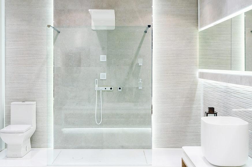 Baño en color blanco con ducha
